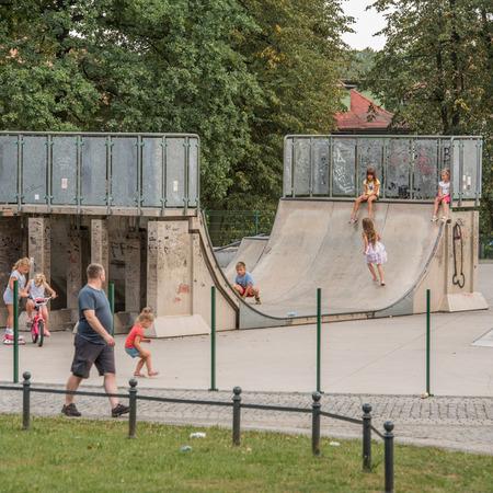 Galeria Boisko Orlik i plac zabaw w parku miejskim